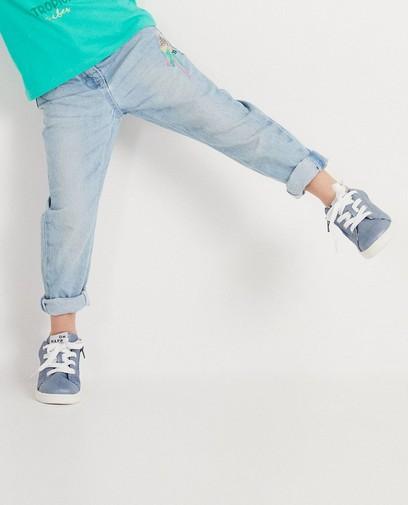 Ausgewaschene Jeans mit Stickerei
