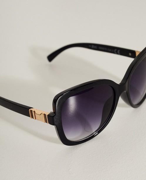 3b7713d8a2d9cd Zwarte zonnebril Met gouden detail JBC