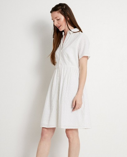 Robe blanche, broderie anglaise