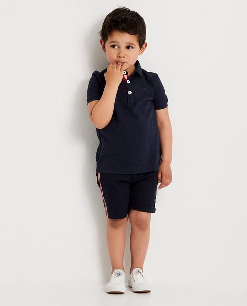 Polo bleu foncé, 2-7 ans - bande rouge - JBC