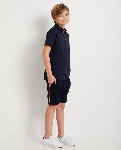 Polo bleu foncé, 7-14 ans - bande rouge - JBC