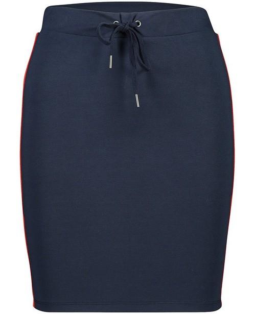 Jupe bleu foncé avec bande rouge - sur le côté - JBC