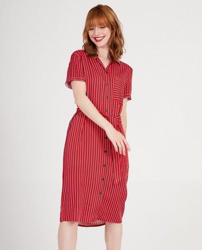 Robe rouge à lignes verticales