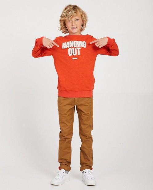 Rode sweater met bouclé opschrift - 'hanging out' - JBC