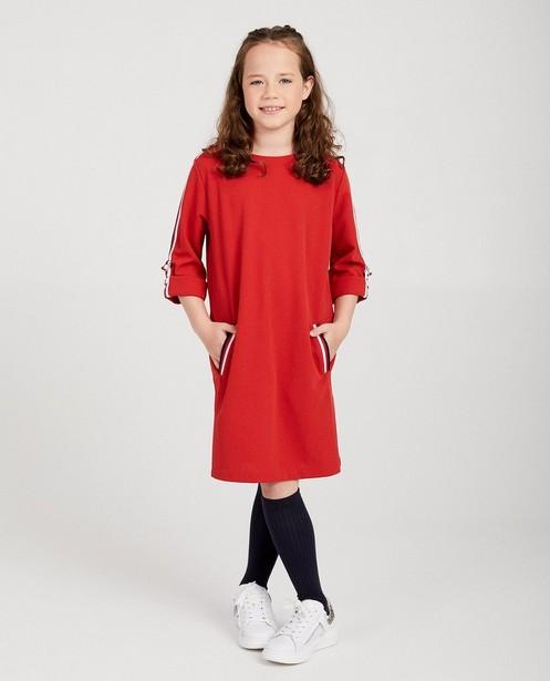 Robe rouge avec des détails rayés - aux manches - fish