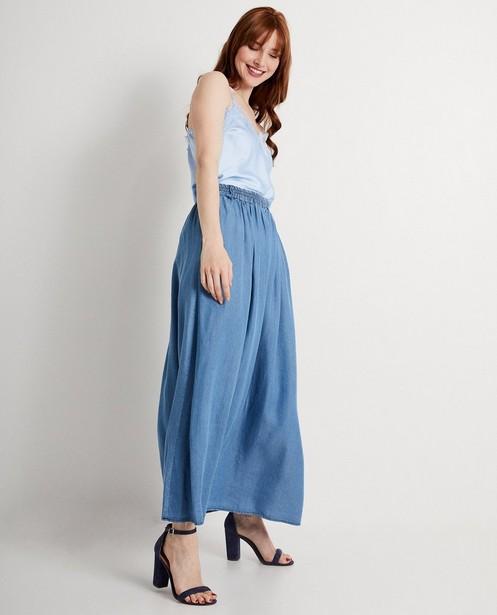 Top bleu, dentelle, Ella Italia - look satin - elle