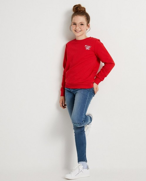 Rode sweater met opschrift #LikeMe - in wit - Like Me
