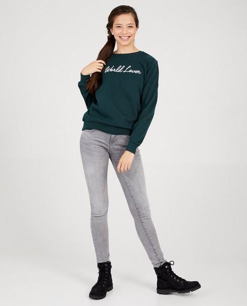 Donkergroene sweater met opschrift - geborduurd - Groggy