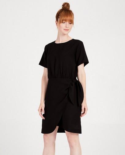 85864b37012c5a Zwarte jurk met knoopdetail Sora