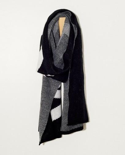 Zwarte sjaal met opschrift Pieces