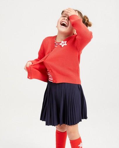Cardigan rouge avec une broche K3
