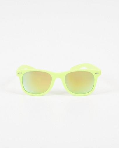 Sonnenbrille mit neongelbem Gestell