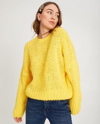 Gele gebreide trui