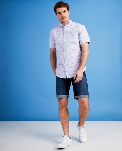 La combinaison idéale: une chemise à manches courtes et un short en jean