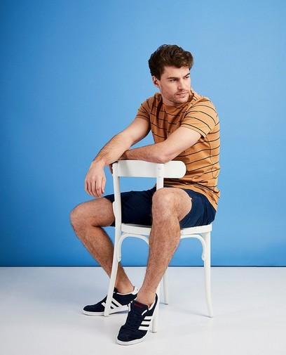 Un t-shirt à rayures unique avec un short, la tenue idéale pour les journées chaudes
