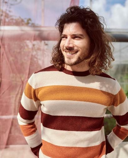 Trend alert: un pull rayé dans des couleurs d'automne
